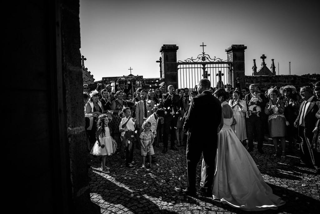 Jet traditionnel de confettis à la sortie des mariés. Photo réalisée par Castille ALMA photographe de mariage à Paris Région Parisienne.