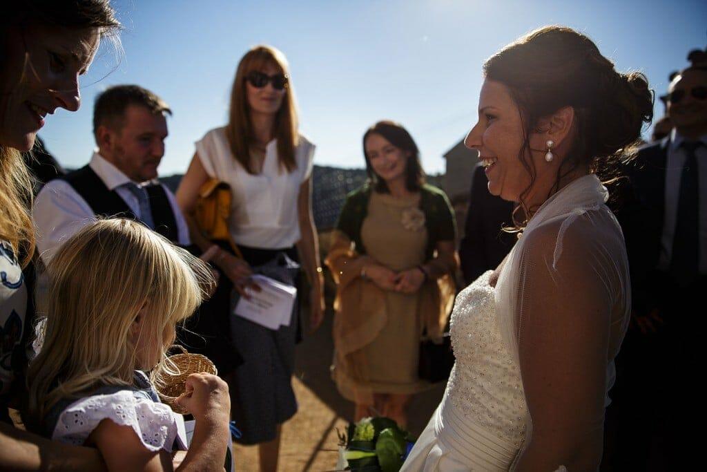 La mariée sourit. Photo réalisée par Castille ALMA photographe de mariage à Paris Région Parisienne.