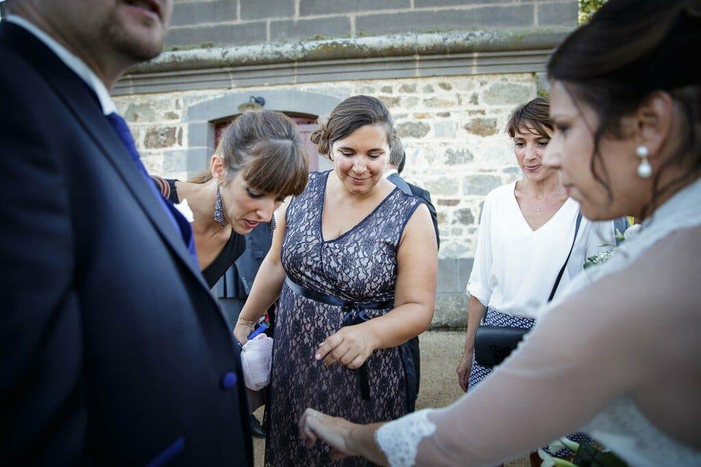 la mariée montre son alliance aux invités. Photo réalisée par Castille ALMA photographe de mariage à Paris Région Parisienne.