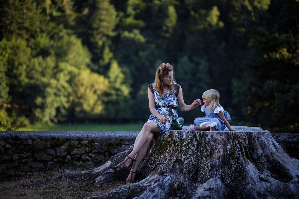 Photo d'une mère et son enfant au mariage. Photo réalisée par Castille ALMA photographe de mariage à Paris Région Parisienne.