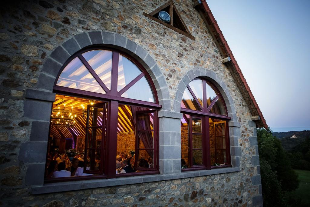 Reportage photo de la soirée du mariage. Photo réalisée par Castille ALMA photographe de mariage à Paris Région Parisienne.