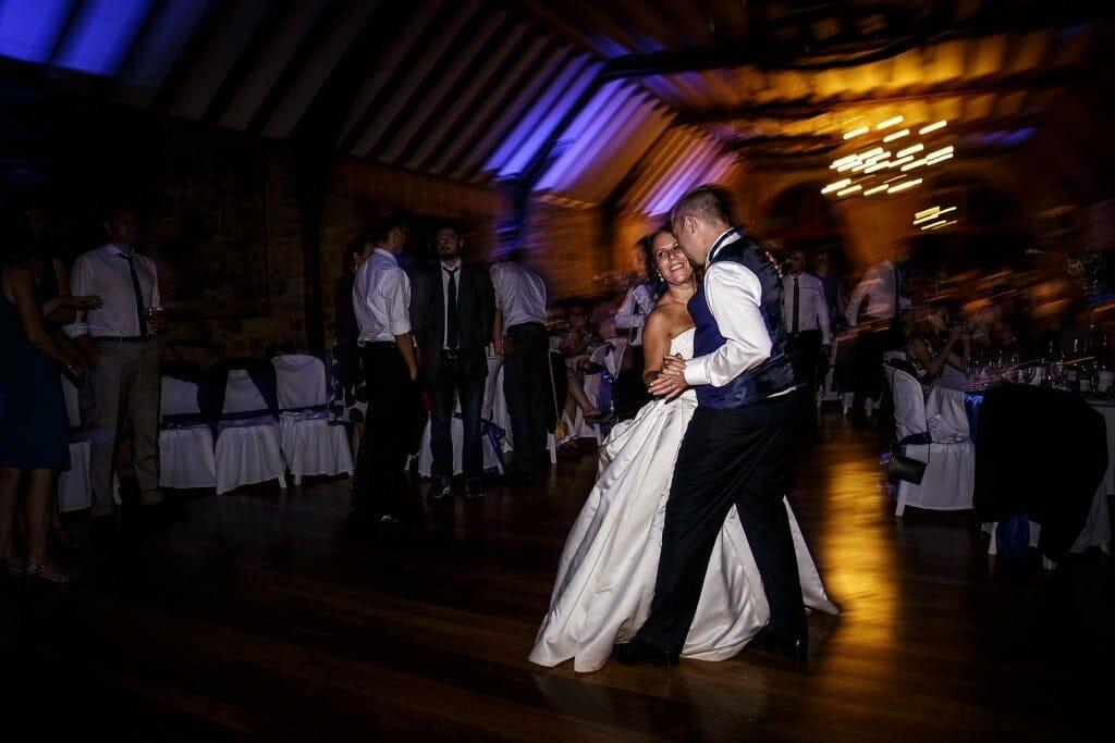 Ouverture du bal par les mariés. Photo réalisée par Castille ALMA photographe de mariage à Paris Région Parisienne.