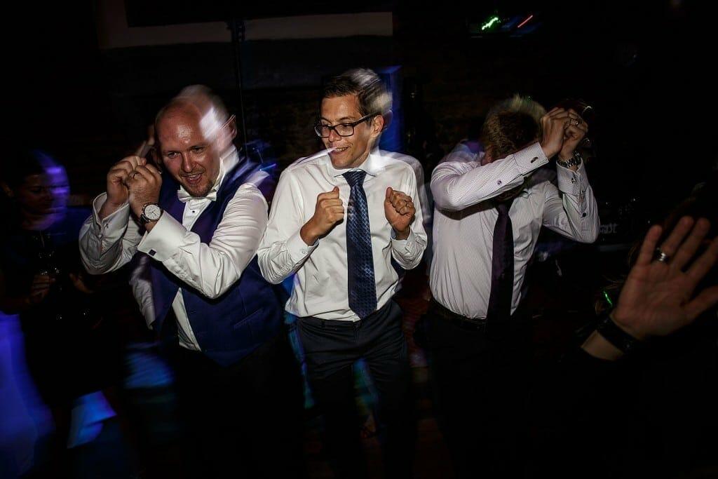 Le marié danse avec ses amis. Photo réalisée par Castille ALMA photographe de mariage à Paris Région Parisienne.