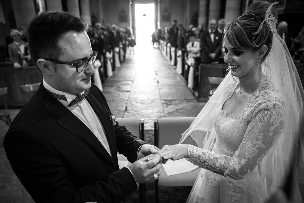 Photographe de mariage à Chalon sur Saône. Echange des alliances. Photo réalisée par Castille ALMA photographe de mariage à Chalon sur Saône au clos des Tourelles.