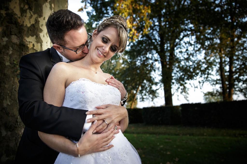 Photographe de mariage à Chalon sur Saône. Photo de couple sensuelle. Photo réalisée par Castille ALMA photographe de mariage à Chalon sur Saône au clos des Tourelles.