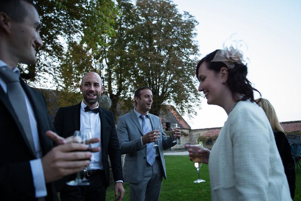 Photographe de mariage à Chalon sur Saône. Photo des invités pendant le cocktail. Photo réalisée par Castille ALMA photographe de mariage à Chalon sur Saône au clos des Tourelles.