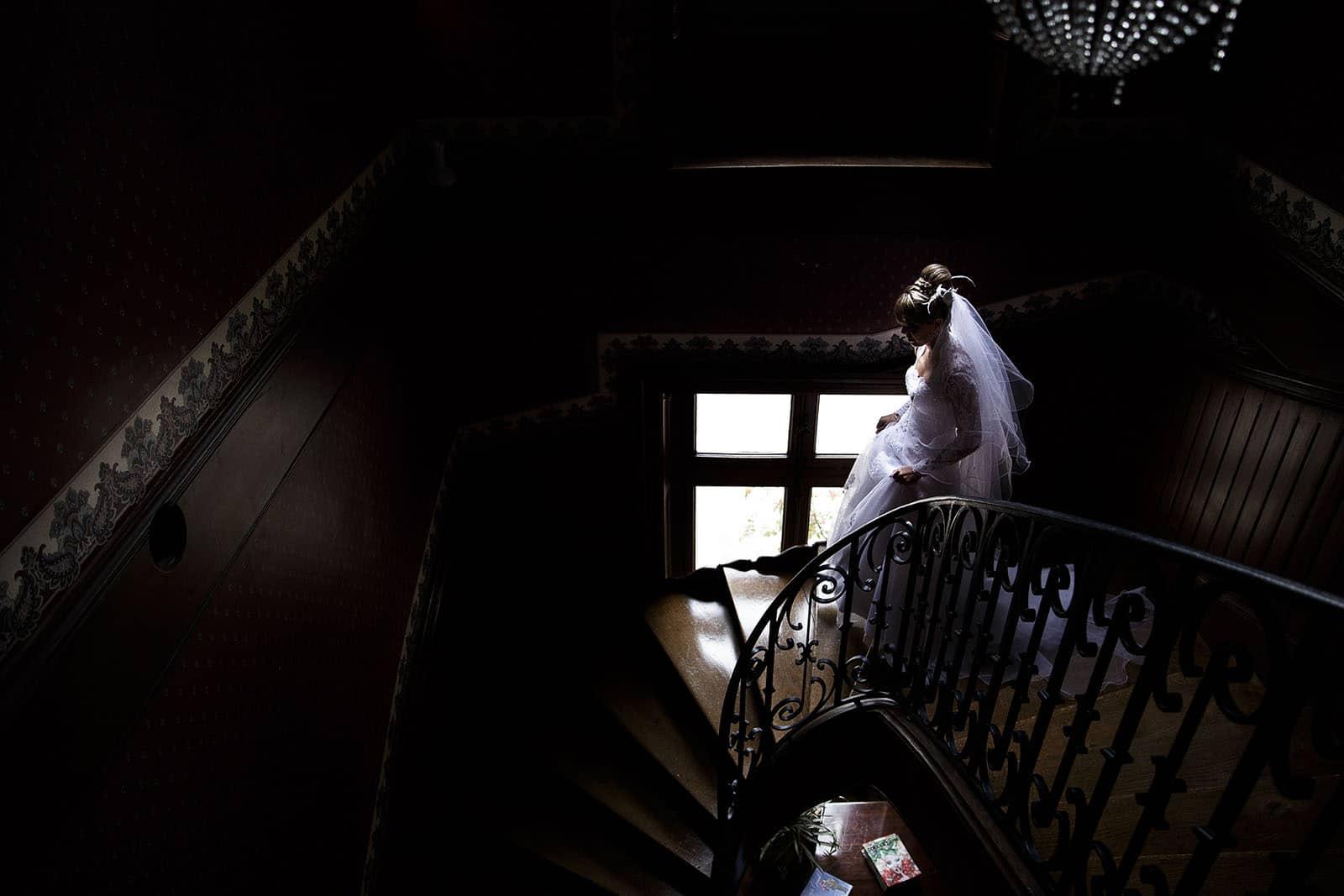 mariage au Clos des Tourelles Photographe de mariage à Chalon sur Saône. La mariée descend les escaliers. Photo réalisée par Castille ALMA photographe de mariage à Chalon sur Saône au clos des Tourelles.