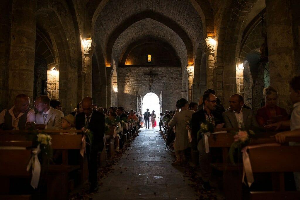 Entrée de la mariée à la cérémonie religieuse. Photo réalisée par Castille ALMA photographe de mariage à Chambéry.