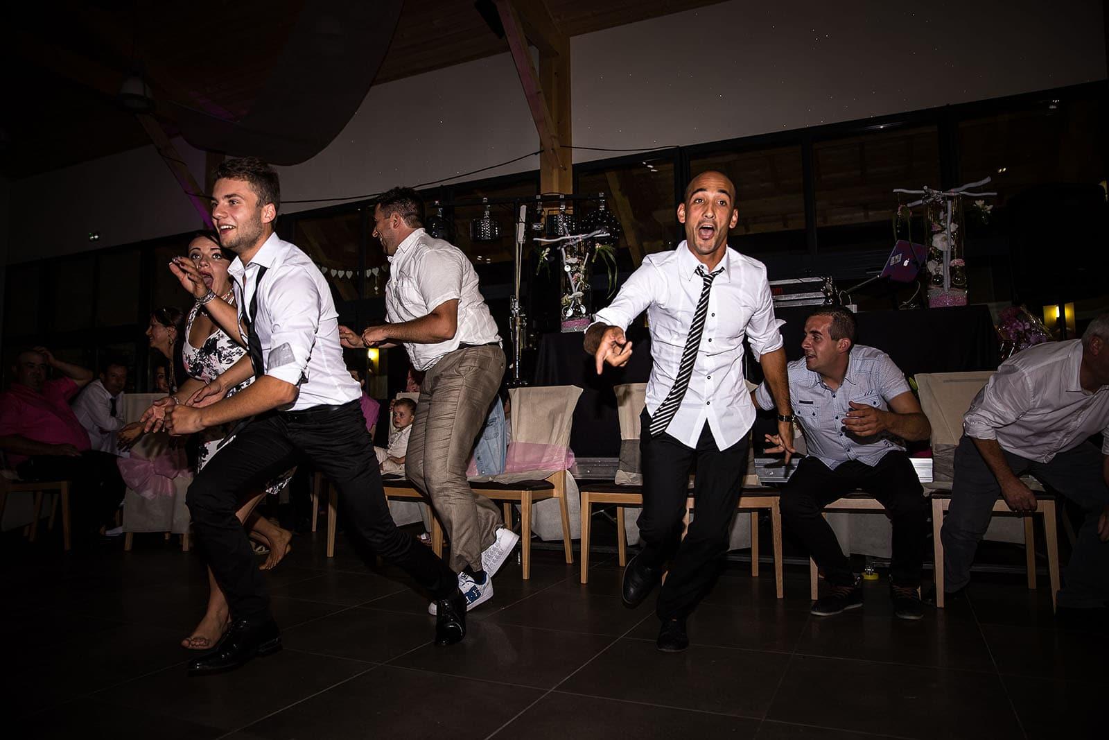Jeu pendant la soirée du mariage. Photo réalisée par Castille ALMA photographe de mariage à Chambéry.