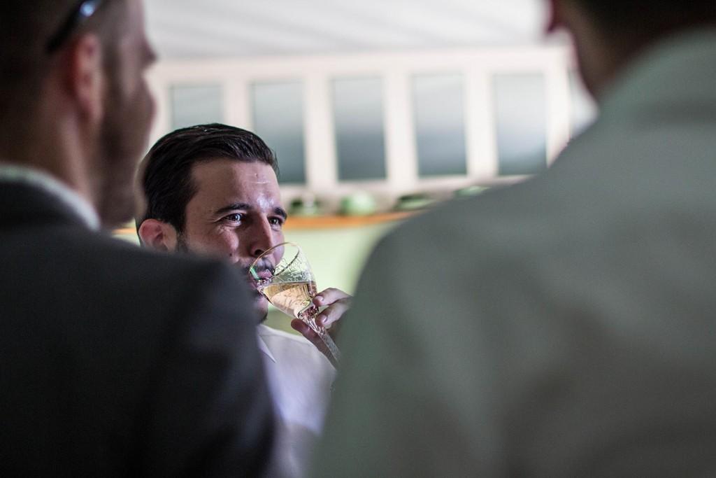 Le marié avec ses amis avant la cérémonie. Photo réalisée par Castille ALMA photographe de mariage au Comptoir Saint Hilaire dans le Gard.