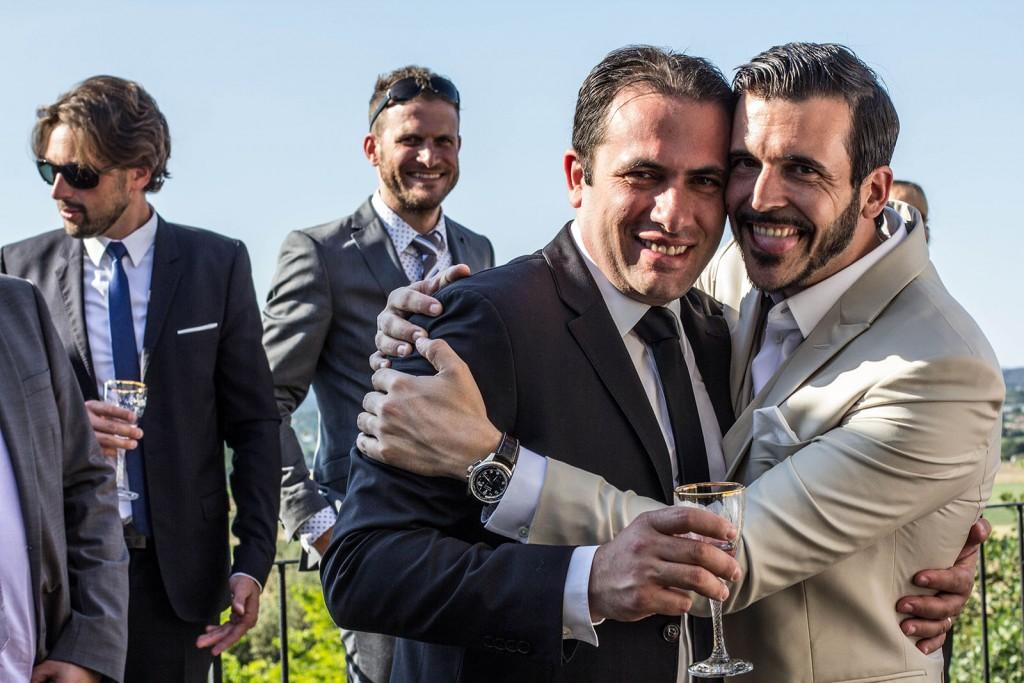 Photo de groupe des amis du marié. Photo réalisée par Castille ALMA photographe de mariage au Comptoir Saint Hilaire dans le Gard.