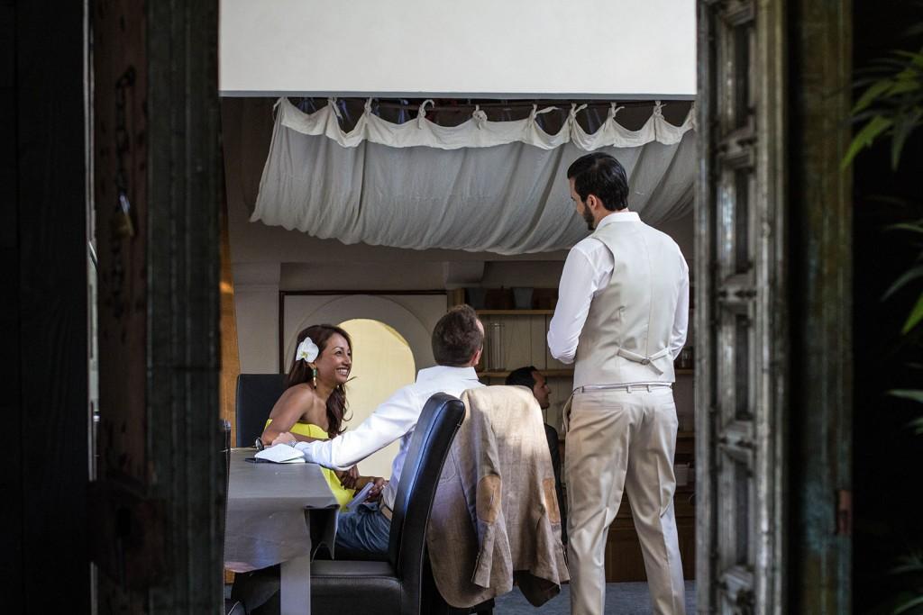 Le marié discute avec ses témoins. Photo réalisée par Castille ALMA photographe de mariage au Comptoir Saint Hilaire dans le Gard.