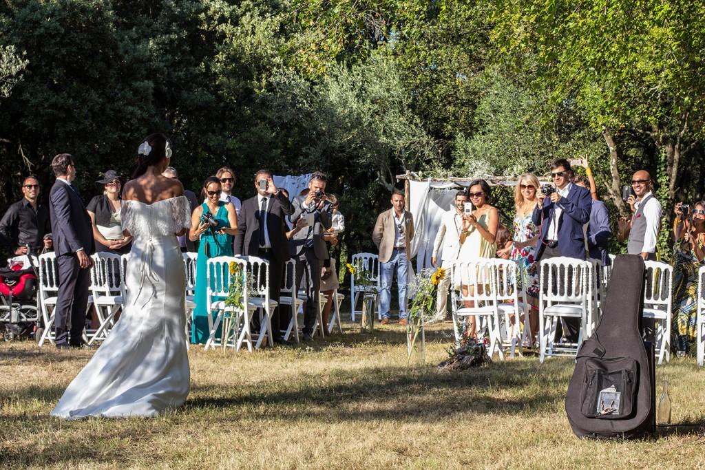 L'arrivée de la mariée à la cérémonie laique. Photo réalisée par Castille ALMA photographe de mariage au Comptoir Saint Hilaire dans le Gard.