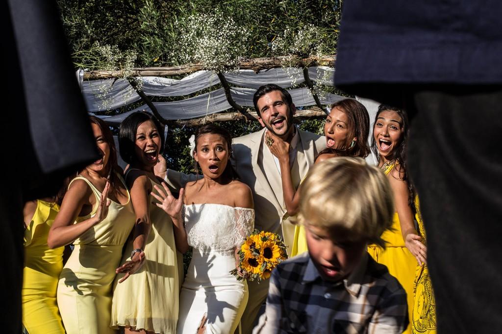 Photo de groupe après la cérémonie laïque. Photo réalisée par Castille ALMA photographe de mariage au Comptoir Saint Hilaire dans le Gard.