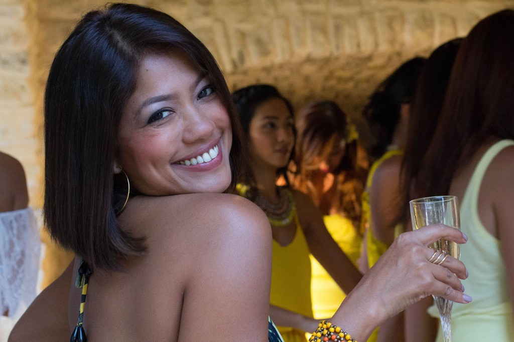 Les invitées au mariage étaient toutes habillées en jaune. Photo réalisée par Castille ALMA photographe de mariage au Comptoir Saint Hilaire dans le Gard.