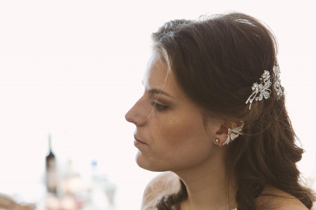 Castille ALMA photographe de mariage à Lyon et Chambéry. Les préparatifs de la jeune mariée dans une chambre de l'Hôtel Charlemagne à Lyon. les bijoux de la mariée venue d'Ukraine, son pays natal.