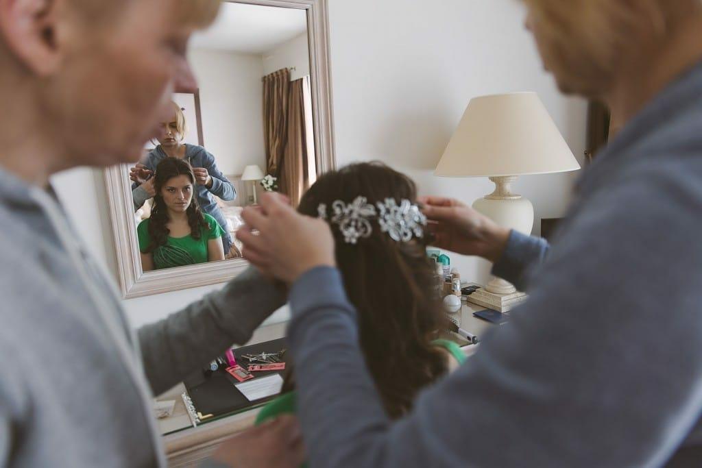 Castille ALMA photographe de mariage à Lyon et Chambéry. Les préparatifs de la jeune mariée dans une chambre de l'Hôtel Charlemagne à Lyon
