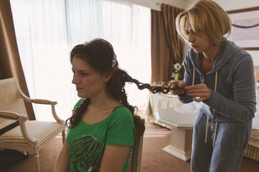 Castille ALMA photographe de mariage à Lyon et Chambéry. Les préparatifs de la jeune mariée dans une chambre de l'Hôtel Charlemagne à Lyon. La mariée se fait boucler les cheveux.