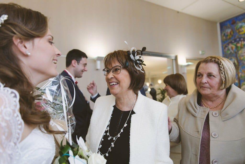 L'émotion de la belle mère de la mariée après la cérémonie. Castille ALMA photographe de mariage à Lyon et Chambéry.