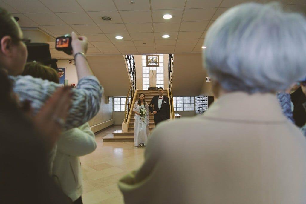 Castille ALMA photographe de mariage à Lyon et Chambéry. Les mariés sortent de la cérémonie civile.