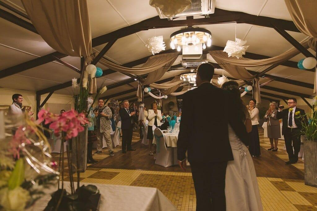 L'arrivée des mariés à la réception. Castille ALMA photographe de mariage à Lyon et Chambéry.