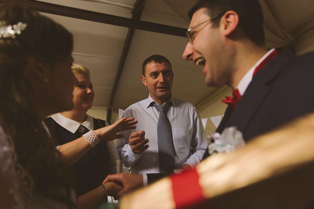 Castille ALMA photographe de mariage à Lyon et Chambéry. Eclat de rire du marié.