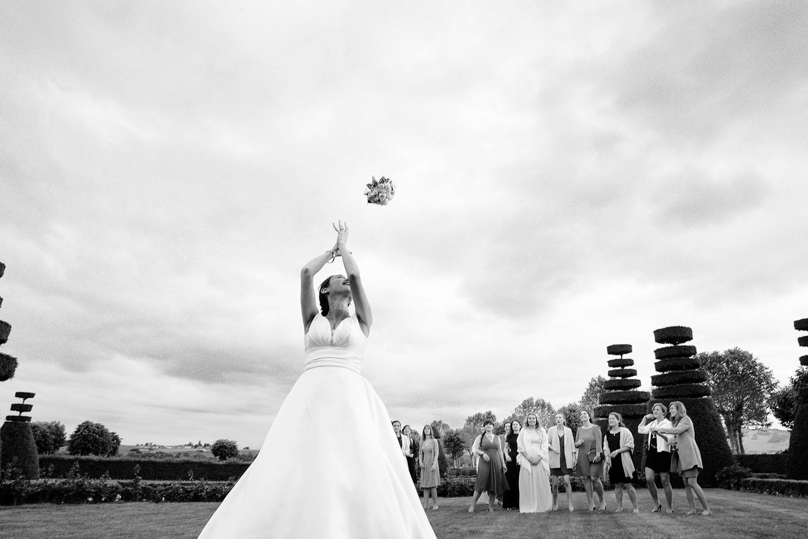 Photographe de mariage Château de Pizay lancé du bouquet de la mariée