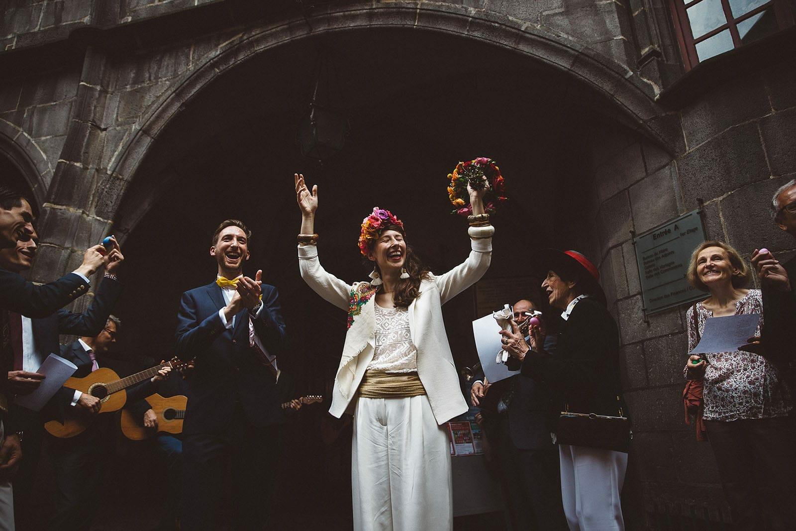 photographe de mariage en Auvergne photo sortie des mariés
