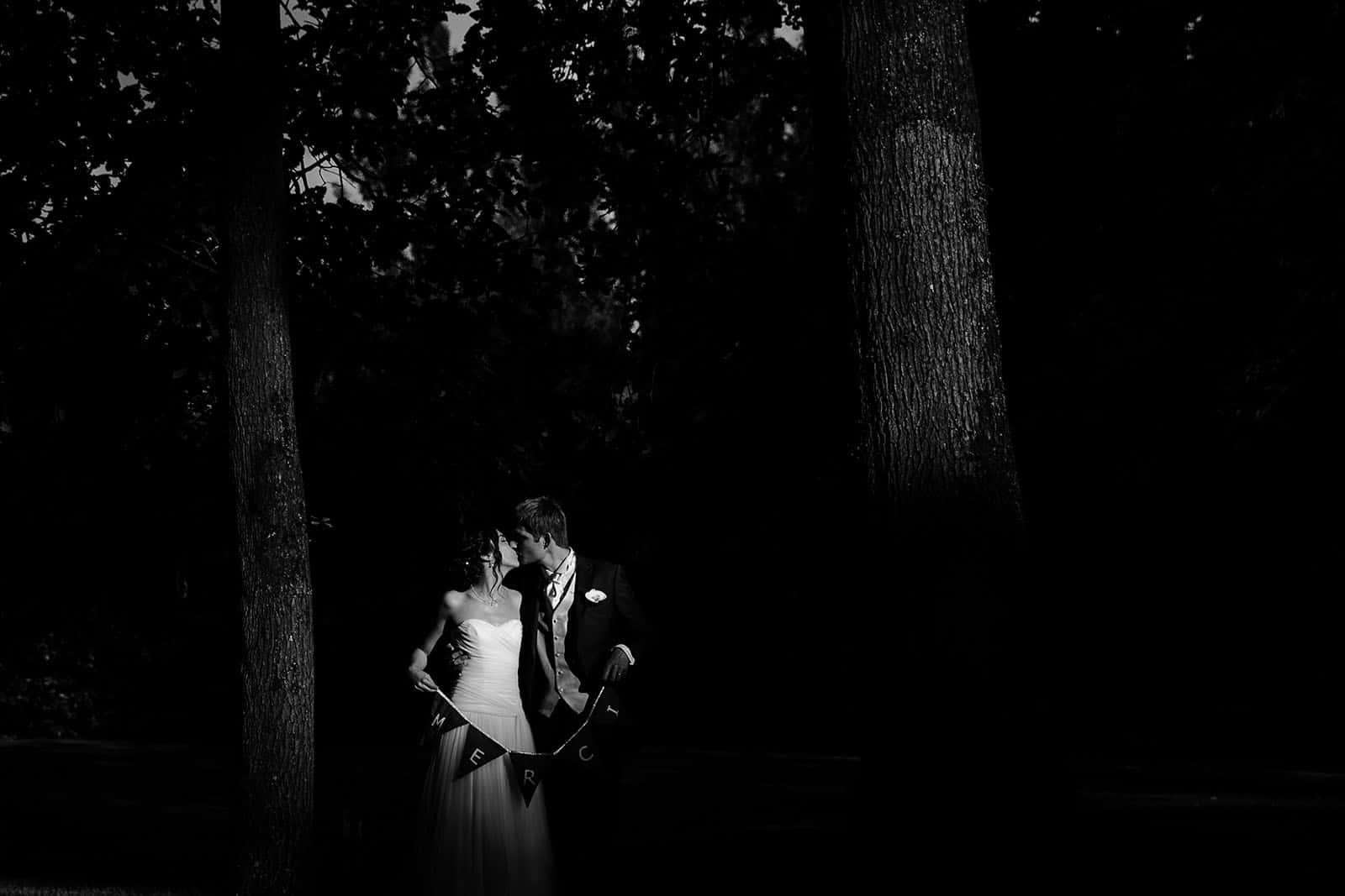 photographe de mariage en Normandie photo de couple dans les bois Manoir de Corny