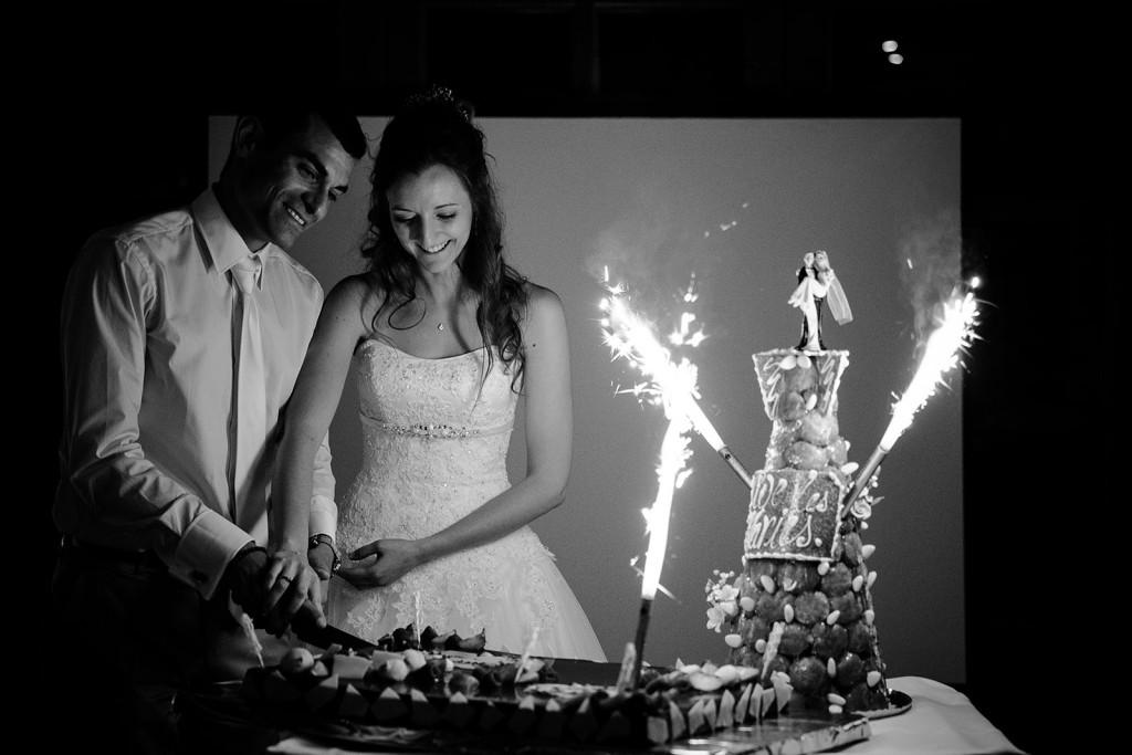 photographe de mariage dans le jura photo découpage du gâteau par les mariés