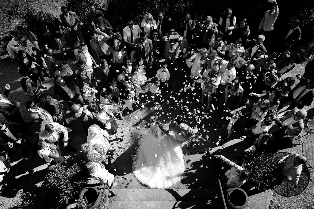 photographe de mariage dans le jura photo sortie des mariés lancé de pétales villa palladienne