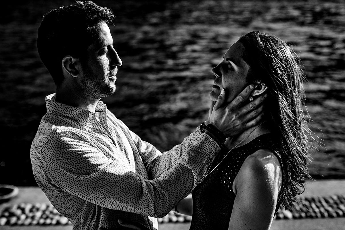 Love session à Lyon sur les quais de Saône. Castille ALMA photographe de mariage, séance photo Lyon quais de saône.