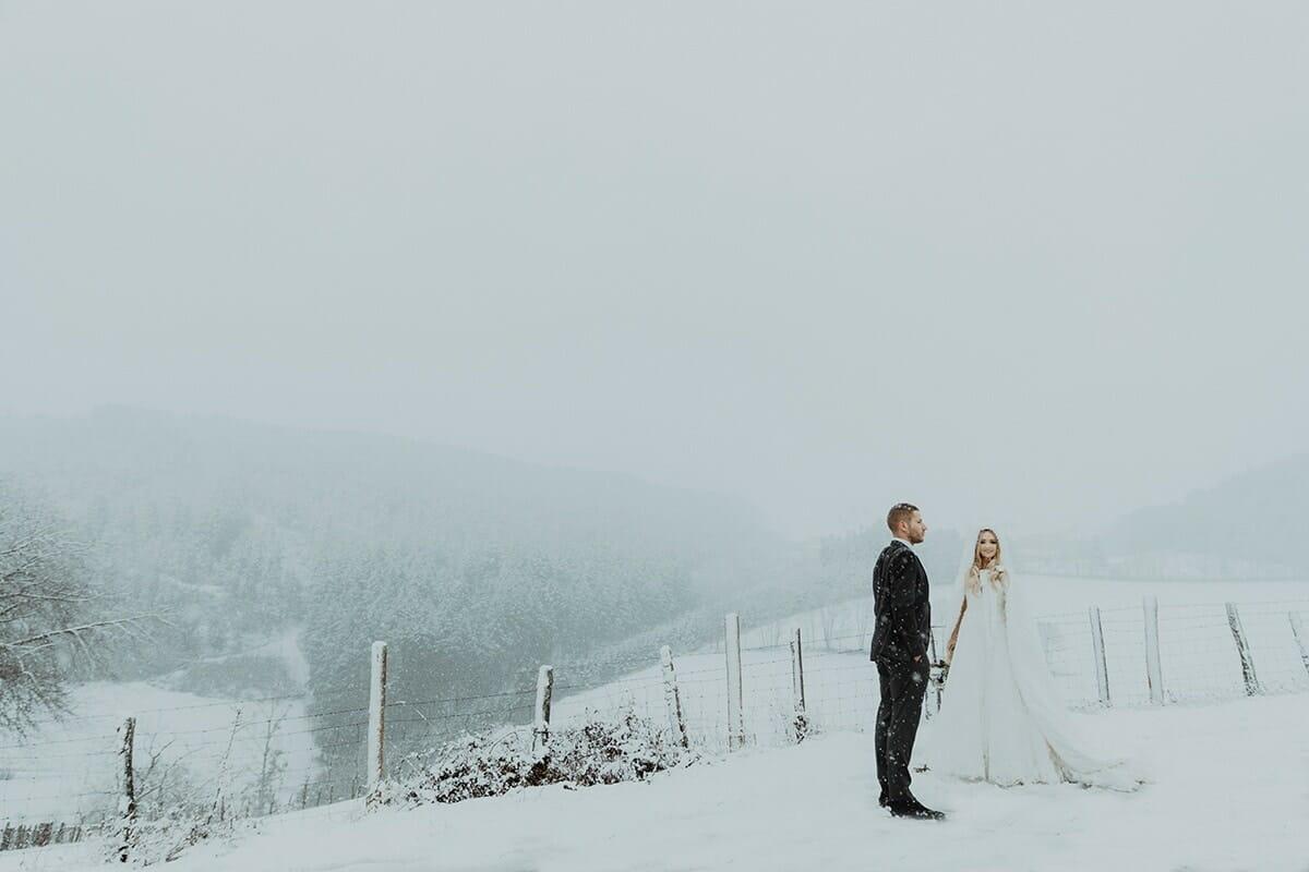 Mariage en hiver sous la neige. Photographe de mariage Lyon Hiver sous la neige Castille ALMA