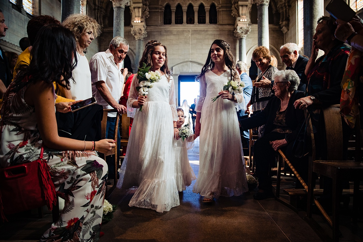 Mariage au Manoir de la garde par Castille ALMA photographe. Entrée des demoiselles d'honneur.