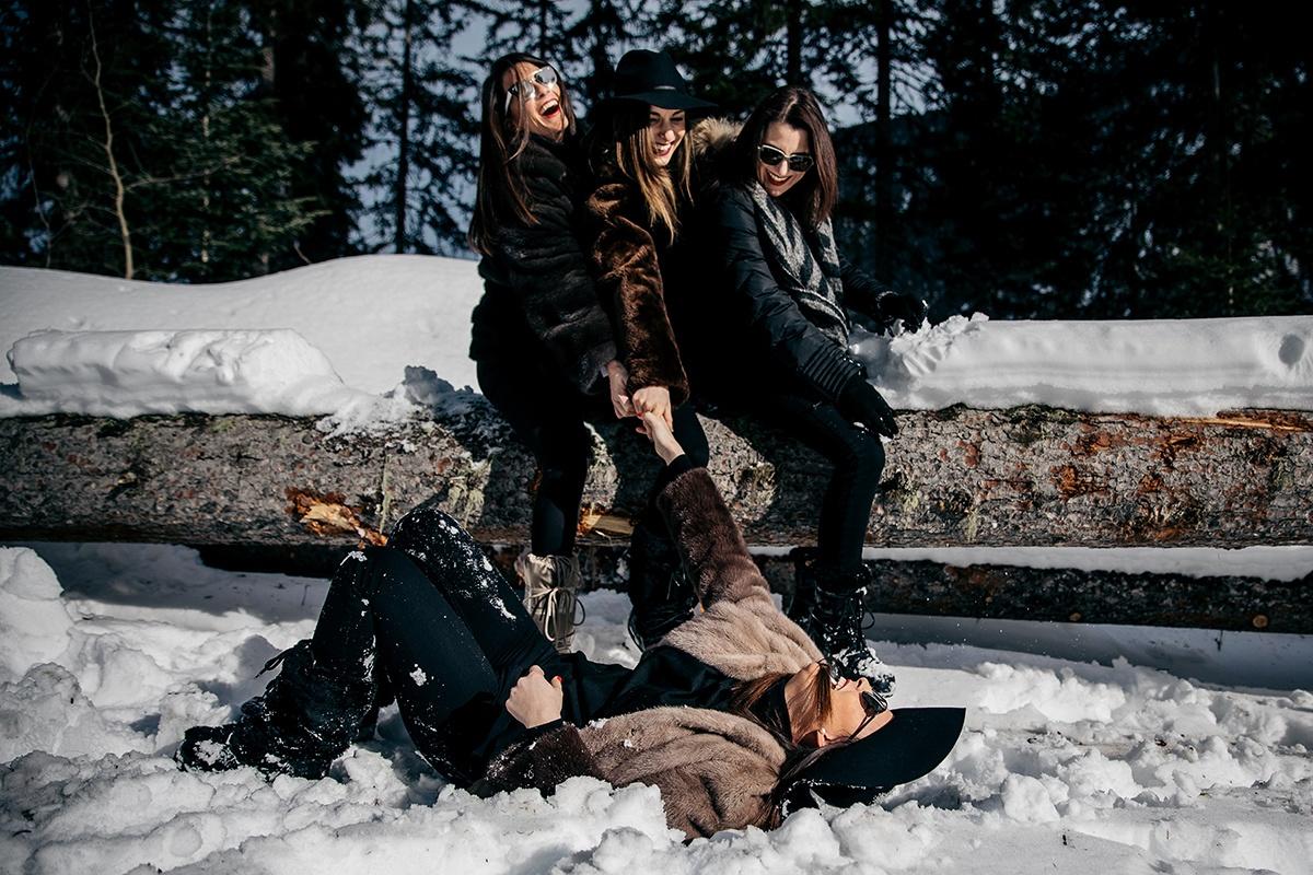 Séance photo enterrement de vie de jeune fille à la montagne. Castille ALMA photographe de famille à Lyon et en Europe. Photographe Courchevel.