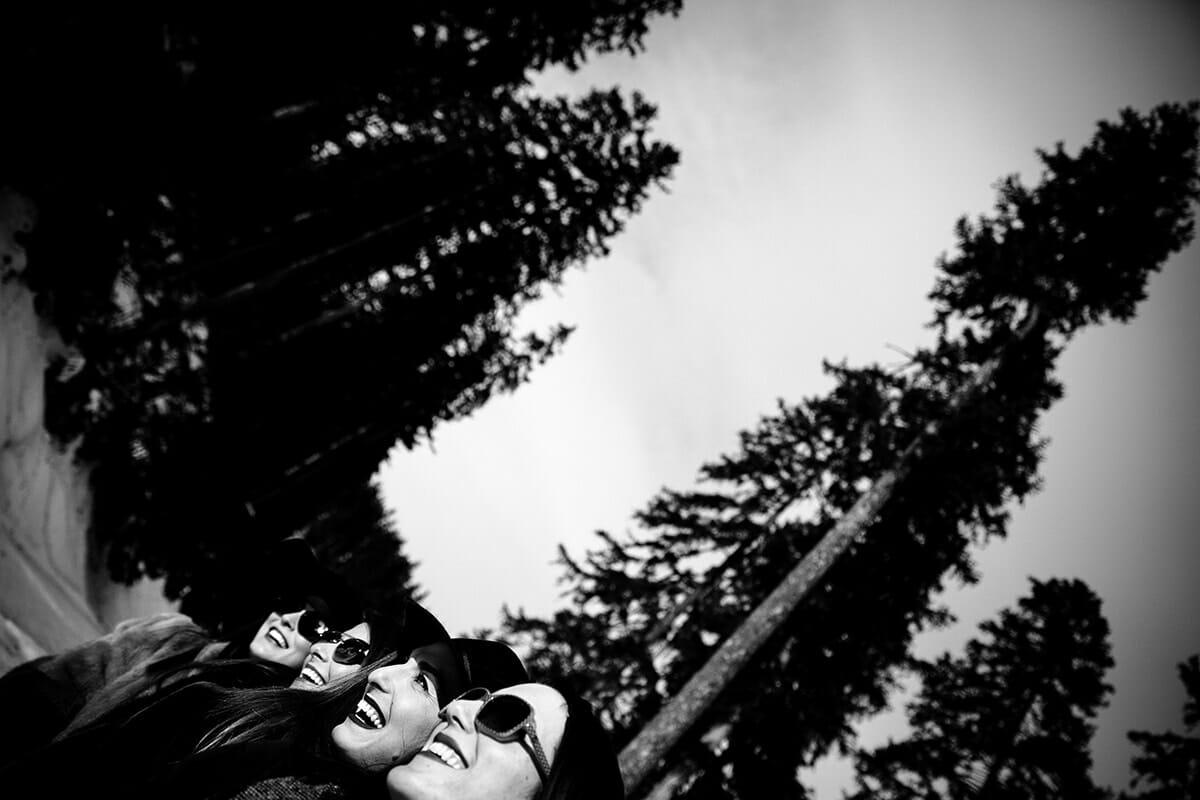 Photo à la montagne enterrement de vie de jeune fille à la montagne. Castille ALMA photographe de famille à Lyon et en Europe. Photographe Courchevel.
