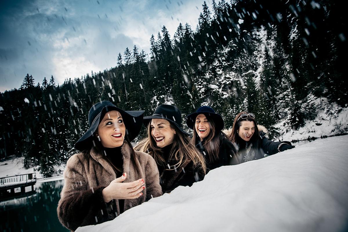 Enterrement de vie de jeune fille à la montagne. Castille ALMA photographe de famille à Lyon et en Europe. Photographe Courchevel.