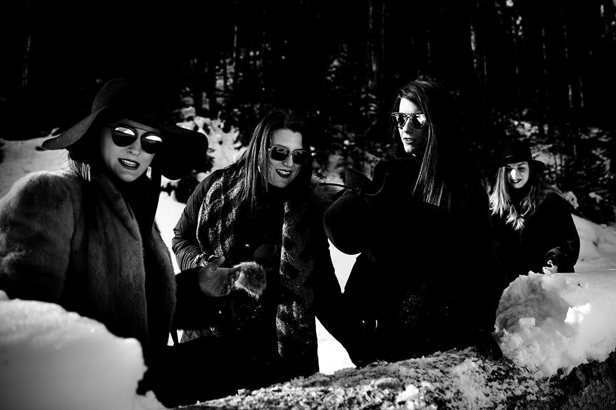 Photographe Lac de Rosière enterrement de vie de jeune fille à la montagne. Castille ALMA photographe de famille à Lyon et en Europe. Photographe Courchevel.