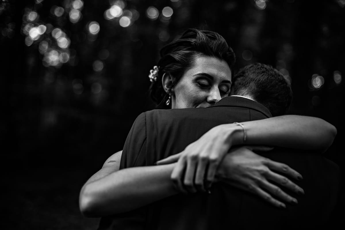 Galerie photographe mariage Lyon. Moment de tendresse pendant la séance couple de ces mariés. Castille ALMA photographe de mariage Lyon