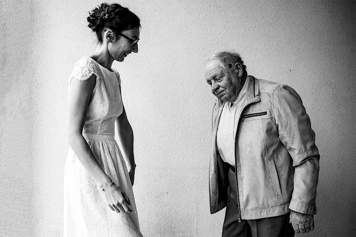 Le grand père de la mariée la découvre en robe de mariée. Castille ALMA photographe de mariage Lyon