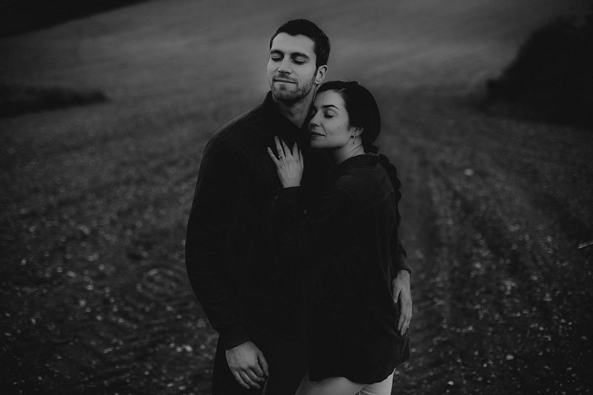 Séance photo de couple dans une ambiance moody et champêtre. Séance engagement, love session. Castille ALMA photographe de mariage et famille à Lyon.