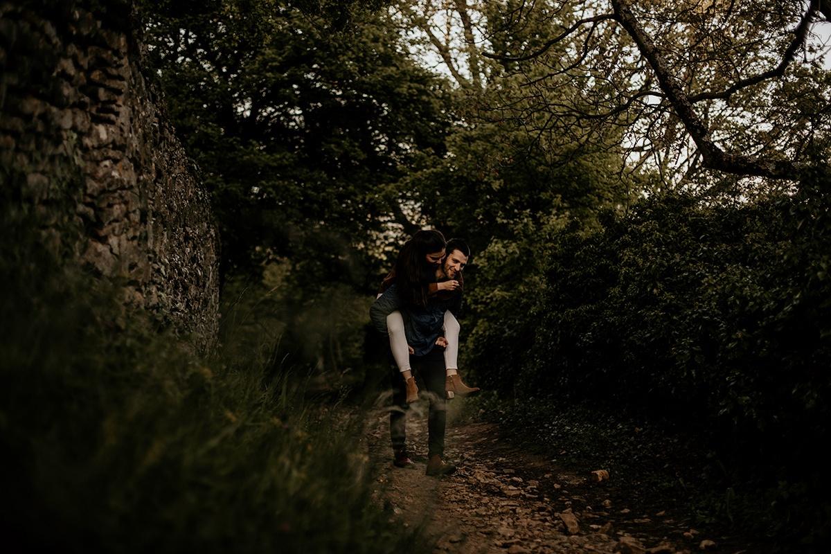 Love session dans une ambiance moody et champêtre. Séance engagement, love session. Castille ALMA photographe de mariage et famille à Lyon.