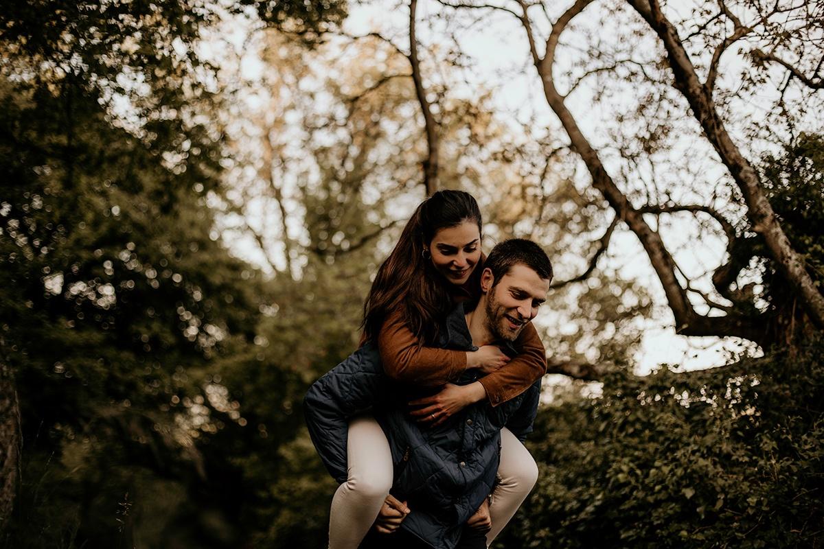 Séance photo Lyon dans une ambiance moody et champêtre. Séance engagement, love session. Castille ALMA photographe de mariage et famille à Lyon.