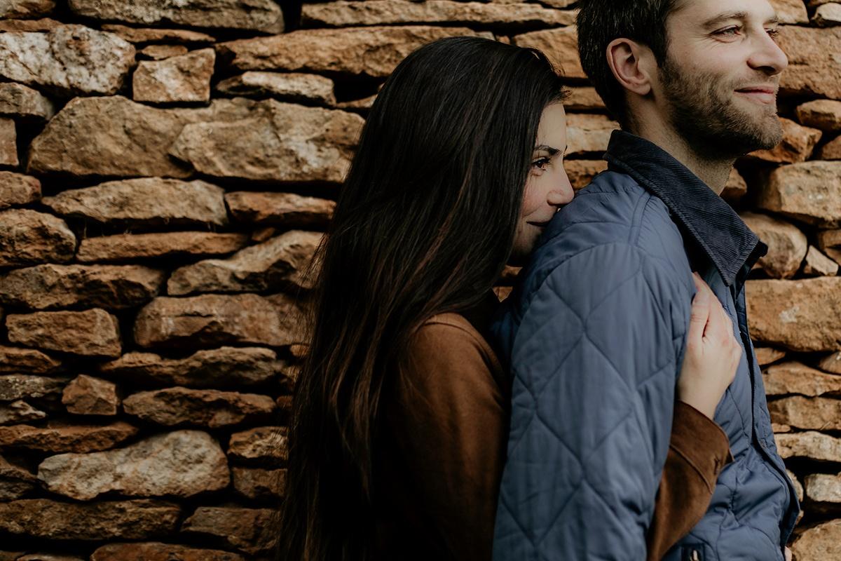 Séance photo dans une ambiance moody et champêtre. Séance engagement, love session. Castille ALMA photographe de mariage et famille à Lyon.