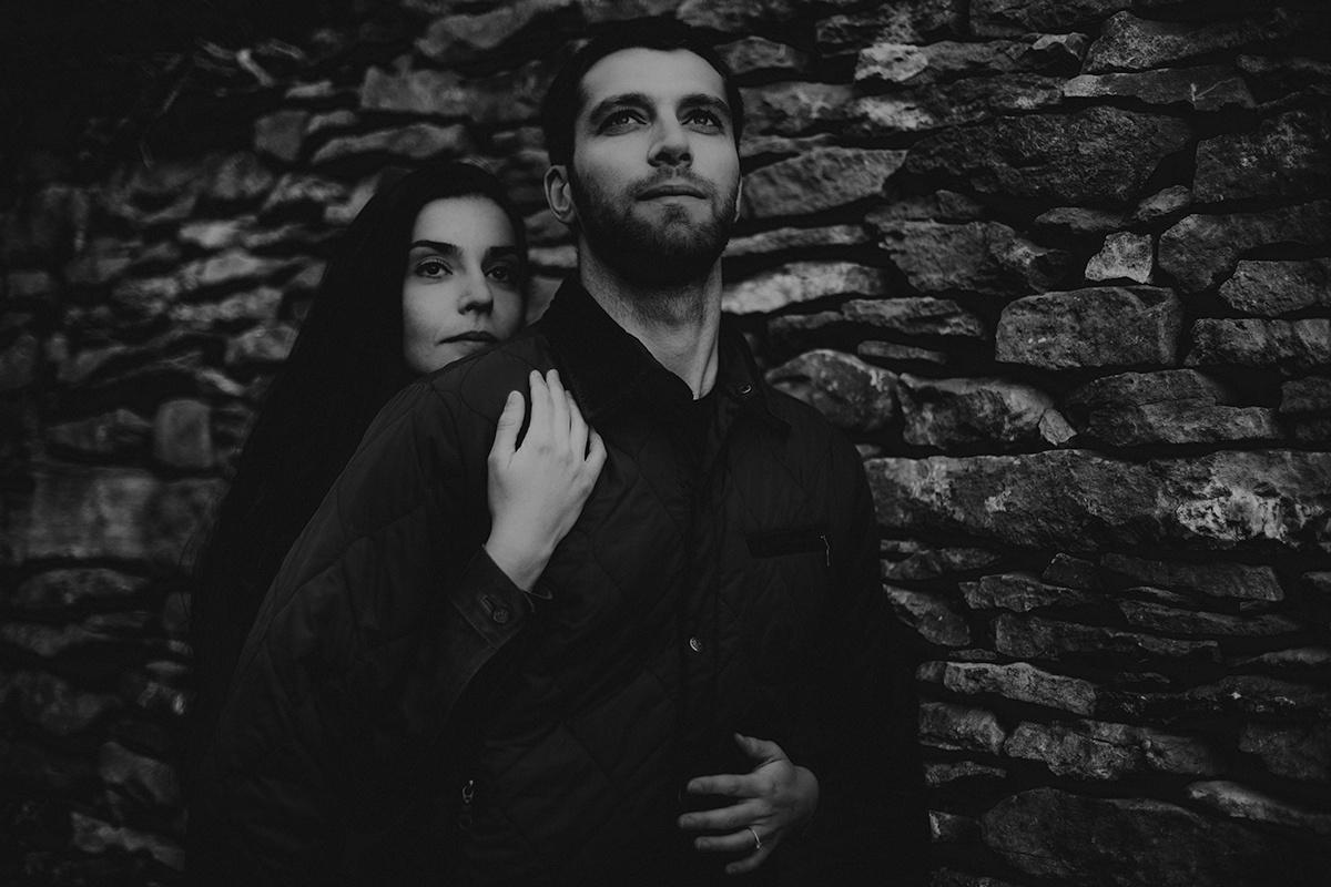 Séance engagement dans une ambiance moody et champêtre. Séance engagement, love session. Castille ALMA photographe de mariage et famille à Lyon.