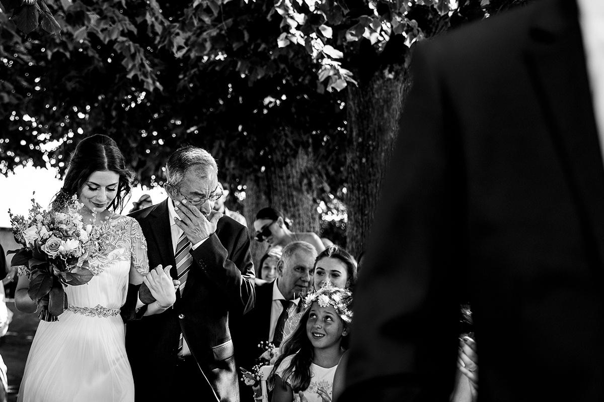 Cérémonie laique, grande émotion pour le papa de la mariée. Domaine Morgon la Javernière. Castille ALMA photographe de mariage Lyon